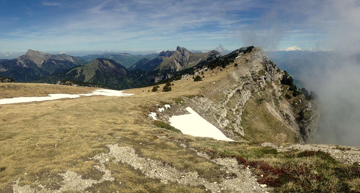 Le long des falaises Est, vue du Grand Som (2026 m) au Mont Blanc (4810 m)