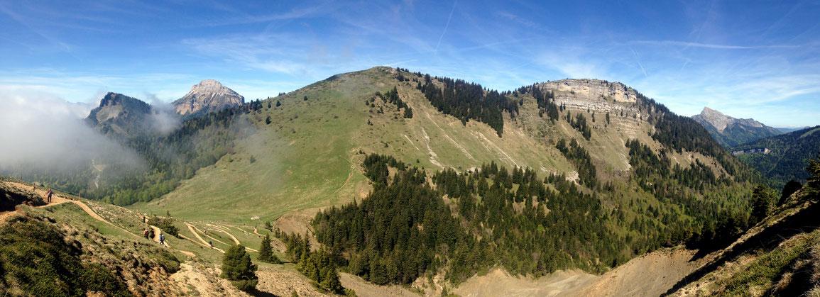 Depuis la bifurcation vers le Trou du Glaz, vue sur le sommet de Pravouta et le Col des Ayes en contre-bas