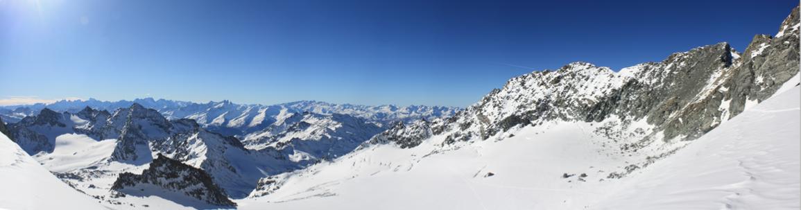 Vue sur l'itinéraire de montée via le glacier de Chavière et le Col de Thorens (à droite l'Aiguille de Péclet (3559m))