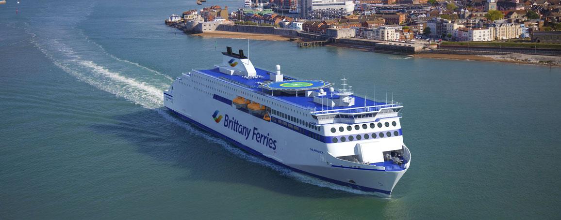 Vue d'artiste du Galicia quittant le port de Portsmouth en destination de l'Espagne. À sa livraison en 2020, Galicia sera le plus gros navire de la flotte de Brittany Ferries.