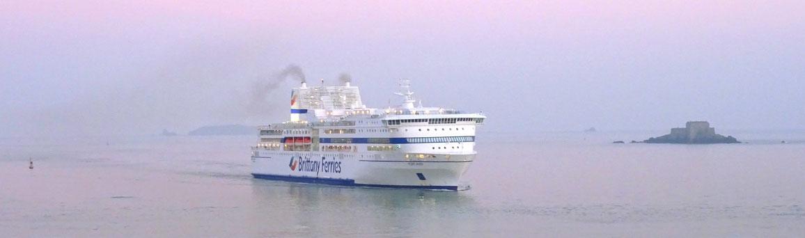 Pont-Aven dans les nouvelles couleurs de Brittany Ferries arrivant à Saint-Malo en provenance de Portsmouth un matin de février 2019.
