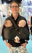 Bild Isabel mit der Minimonkey Zwillingstrage