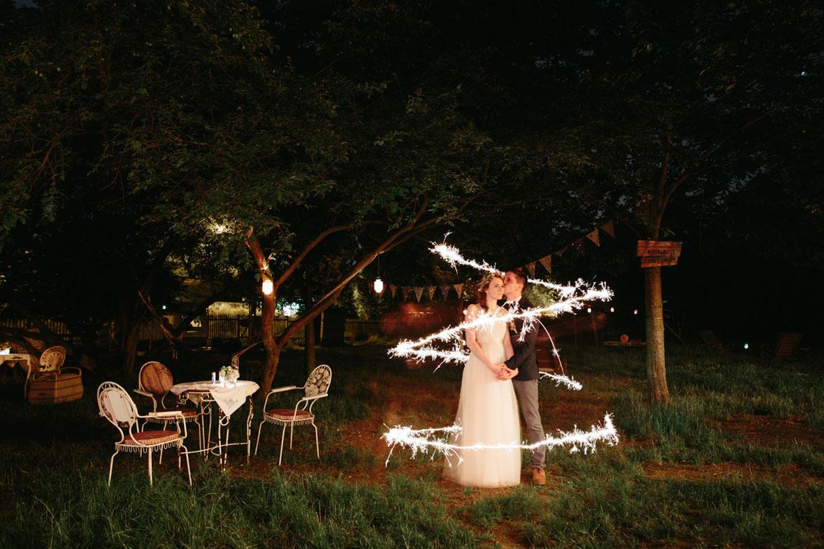 debi-jan-hochzeit-thomassasse-villa-hasenholz-feier-wunderkerzen