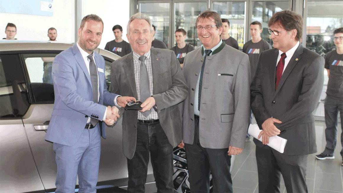 Autohaus Vogl übergibt BMW i3 an Berufsschule Mühldorf