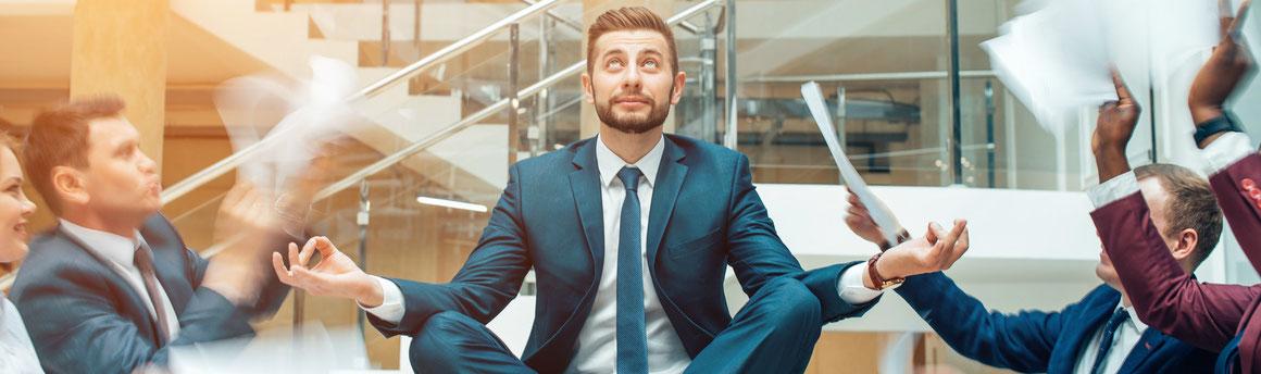 Existenzgründer hat nach Gründung keine Frage und sitzt auf dem Tisch