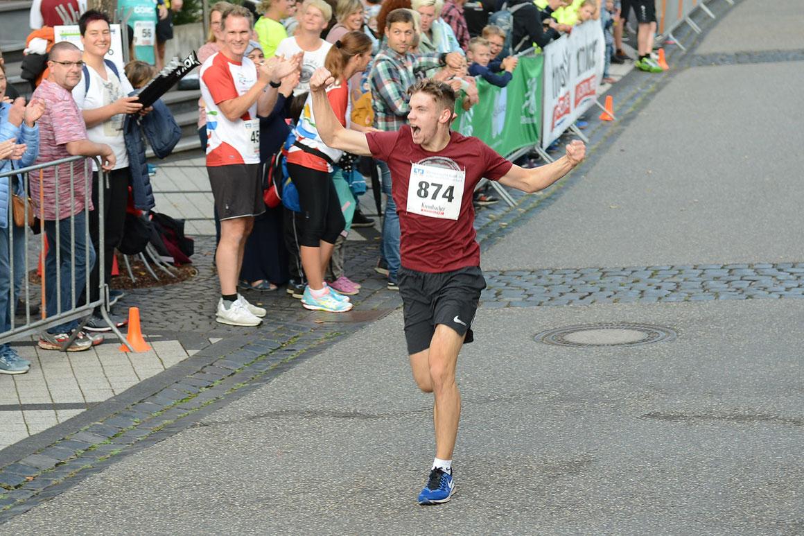 Lukas Schuhen als Sieger beim Zieleinlauf beim Schülerlauf