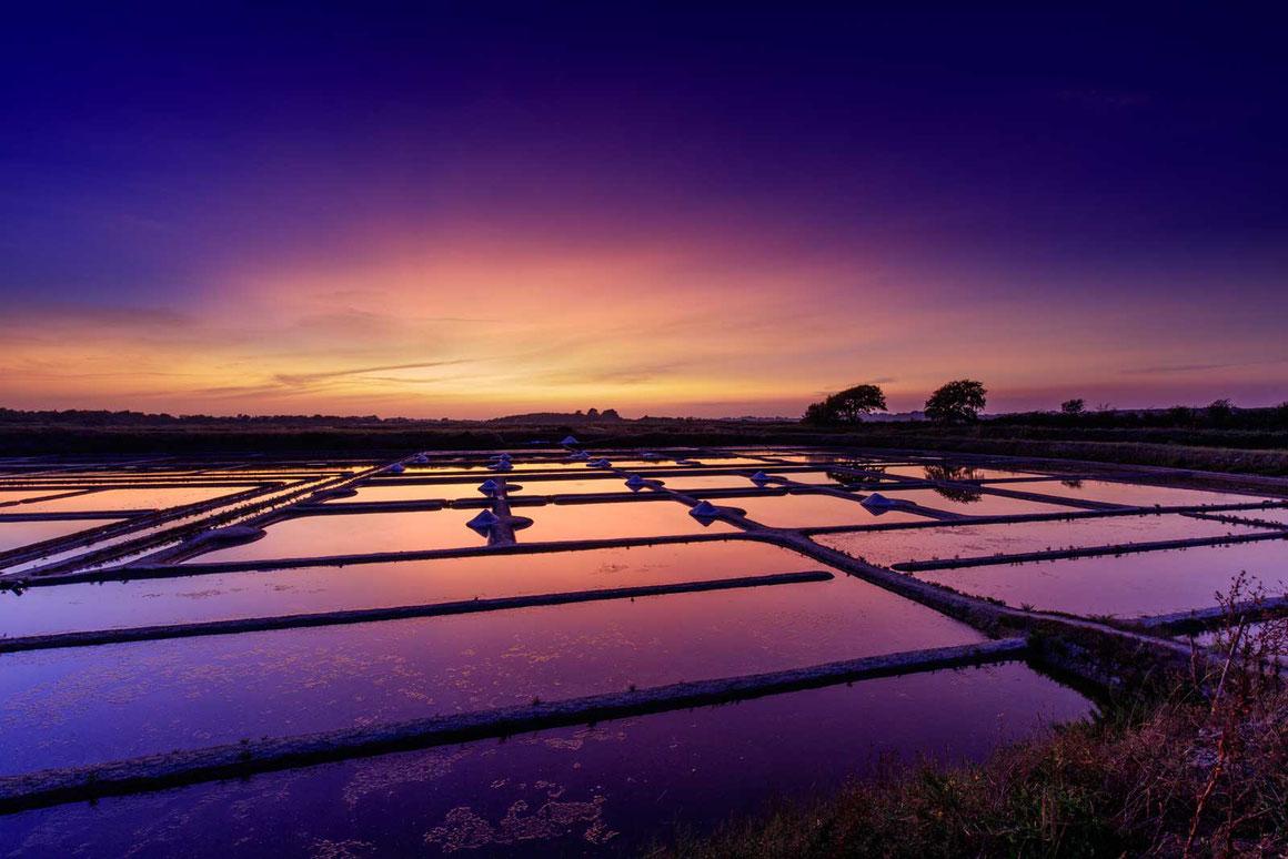 Magnifique coucher de soleil dans les marais salants du pays guérandais