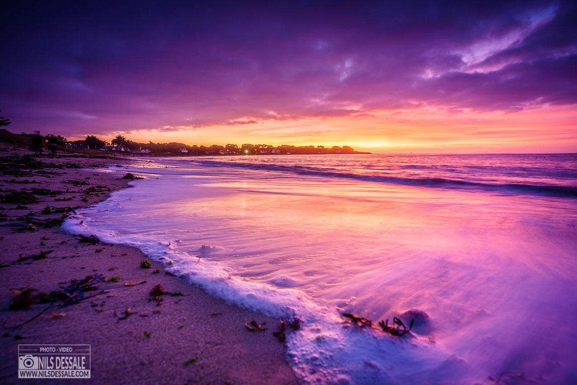 Coucher de soleil à la marée haute sur la plage de lanseria