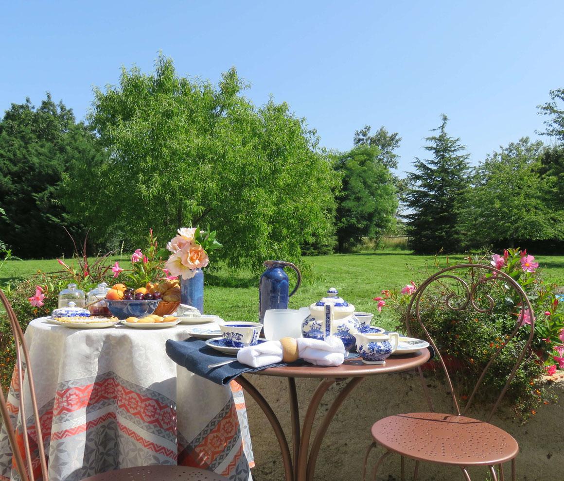 Ontbijt op het terras van L'Echappée Belle