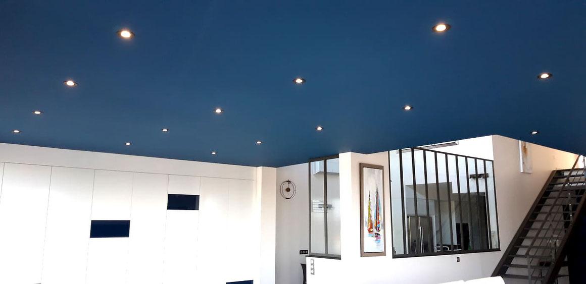 Spots d'éclairage installés dans plafond au salon