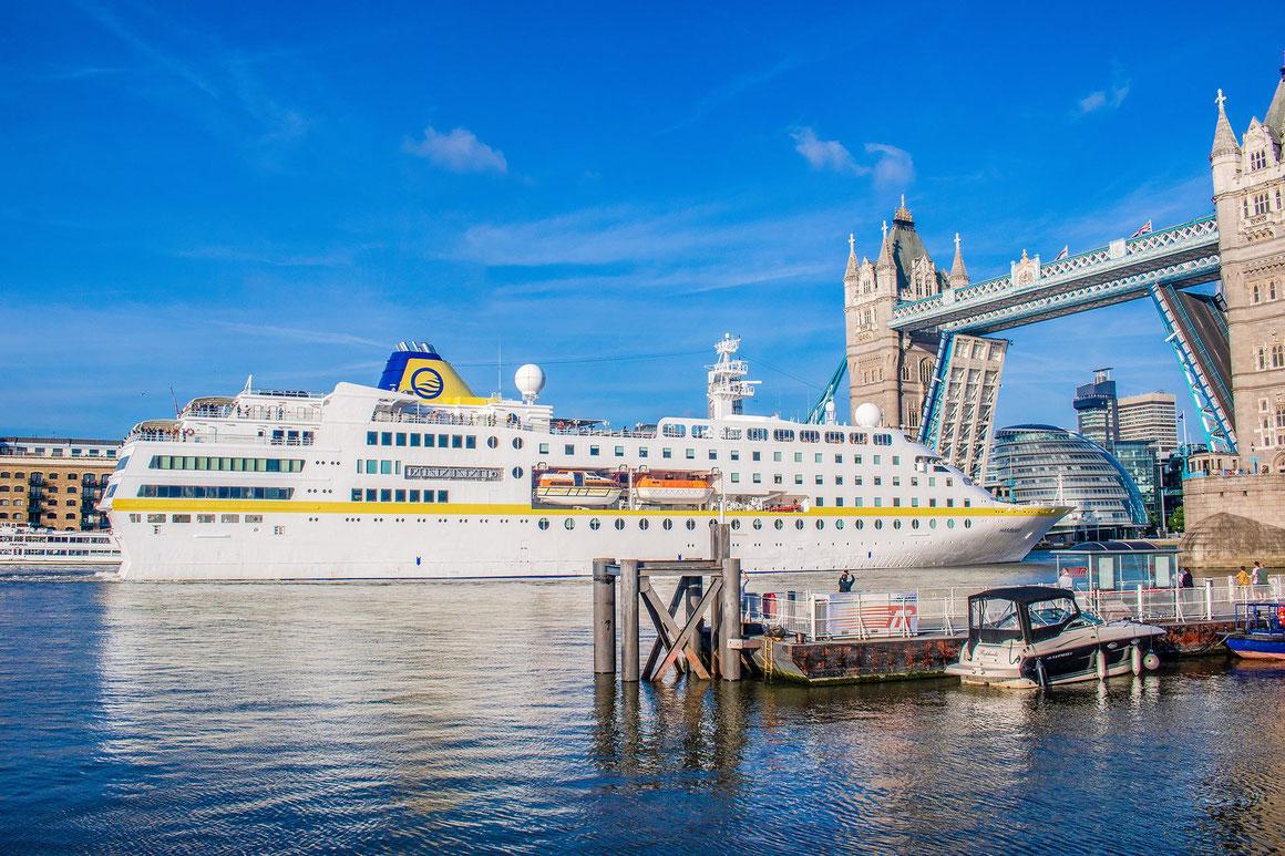 MS Hamburg London Tower Bridge