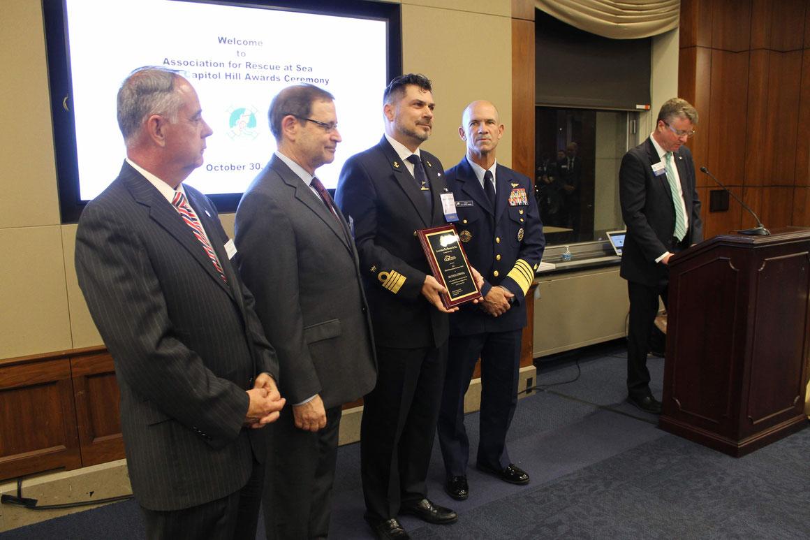 Costa Crociere Kapitän Pietro Sinisi erhält Auszeichnung zur Rettung der Besatzung eines brennenden Frachtschiffes