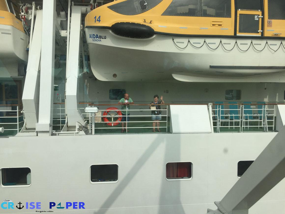 Zwei von uns, die uns dann auch beim runtergehen winkten, nahmen eines der Shuttleboote