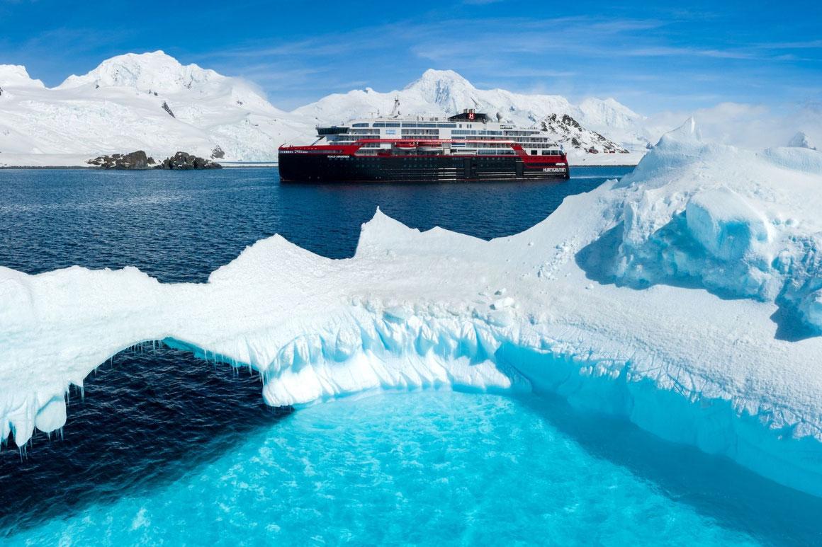 MS Roald Amundsen in der Antarktis