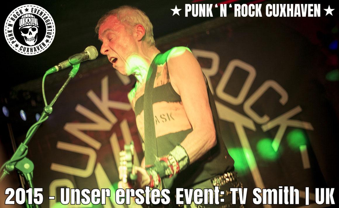 Curry und Säge (links und rechts) mit Mauro Venegas (The Godfathers) | ➤ Foto: Kevin Winiker im Monkeys, Hamburg 2017.