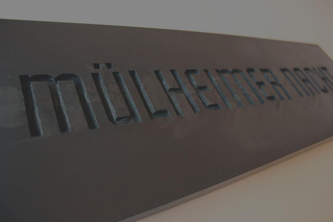 »MÜLHEIMER NACHT« Schriftzug in schwarzem Beton für den Event in Köln Mülheim.