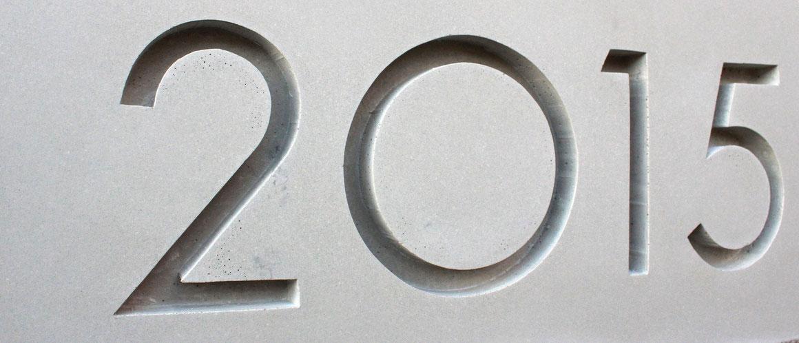 Grundstein aus Beton mit gestalteter Jahreszahl. grafikbeton, 2015