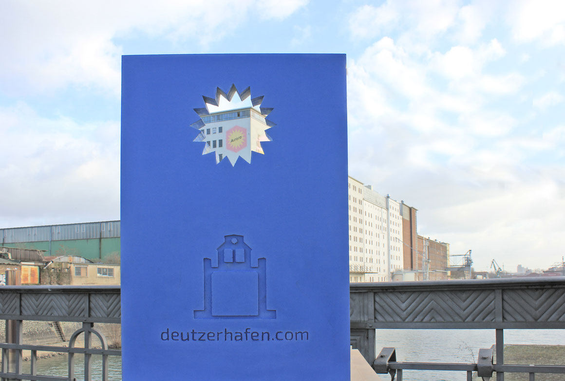 Modell für eine Informationsstele im Deutzer Hafen, Köln. Der Beton wurde mit blauem Pigment eingefärbt.