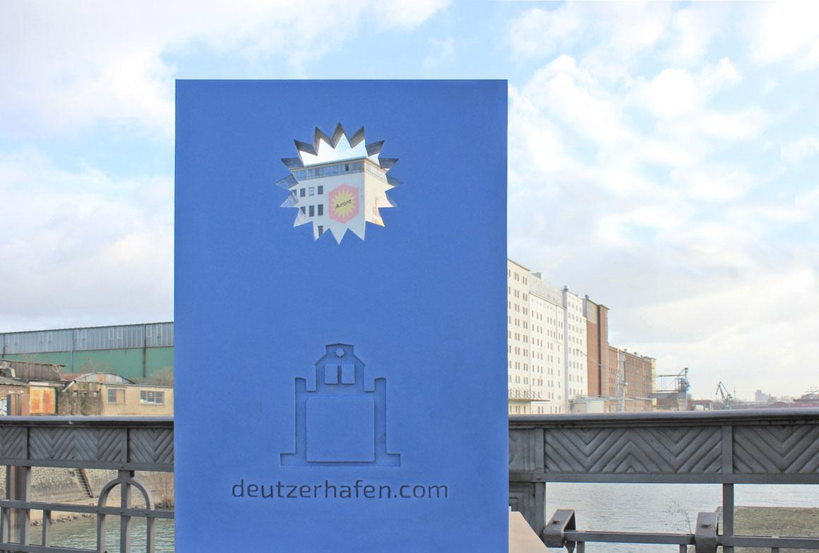 Entwurf für eine Informationsstele im Deutzer Hafen in blau eingefärbtem Beton.