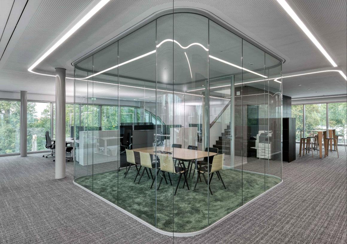 Trennwand aus Glas im Büro - Sichtbare Perfektion - Foto: feco-feederle GmbH, Fotograf Nikolay Kazakov - gebogenes Glas