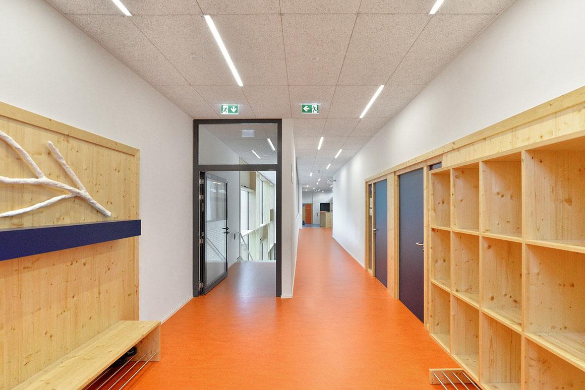 Wienss Innenausbau GmbH - Innenausbau, Objektbau, Umbau Rinnenäckerschule Waiblingen - Einhausung der Brüstung, Fensterverkleidung mit Holz und Garderoben