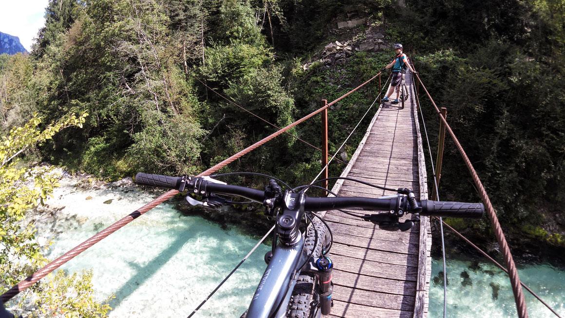 Eine Lenkerbreite | Hängebrücken gibt´s im Soča-Tal an jeder Ecke