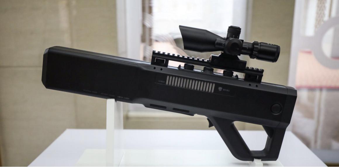 Antidron o inhibidor de drones o llamados antidrones que interfieren en las frecuencias de radio y satelitales para que los drones regresen a casa o aterricen inmediatamente dentro de un rango de 1.5 kilómetros