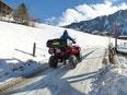 Quad fahren auf schneebeckten Strassen