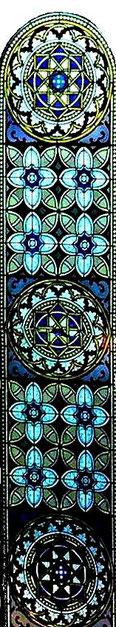 Langgezogenes Rundbogen-Glasfenster vorne, an der Ostseite, Foto: M. Werner