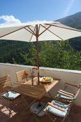 """Der obere Balkon. Ein wundervoller Ort mit """"freiem"""" Blick ins Tal."""