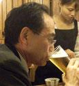 グラス片手にシャイを強調する渕田会員。