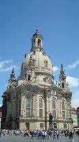 Dresden Frauenkirche mit großer Kuppel und blauem Himmel