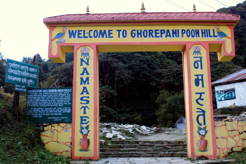 L'arrivée sous l'arche de Ghorepani (2880 m)