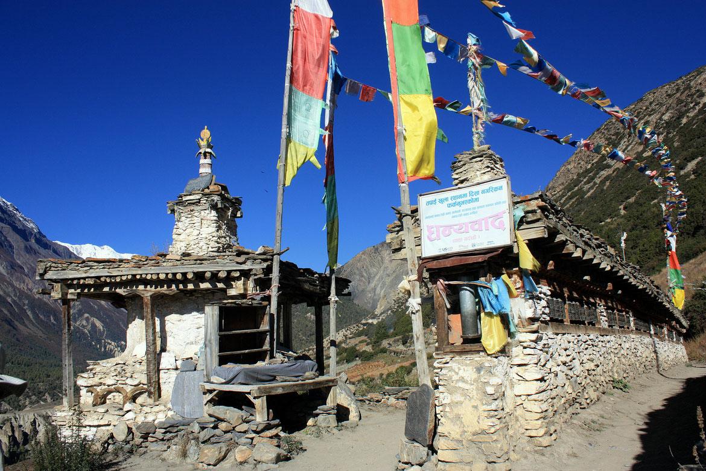 Traversée du village de Tengi (3 690 m) avec ces nombreux moulins à prières