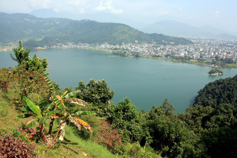 Descente de la Pagode de la Paix face au Lac Phewa et à Pokhara