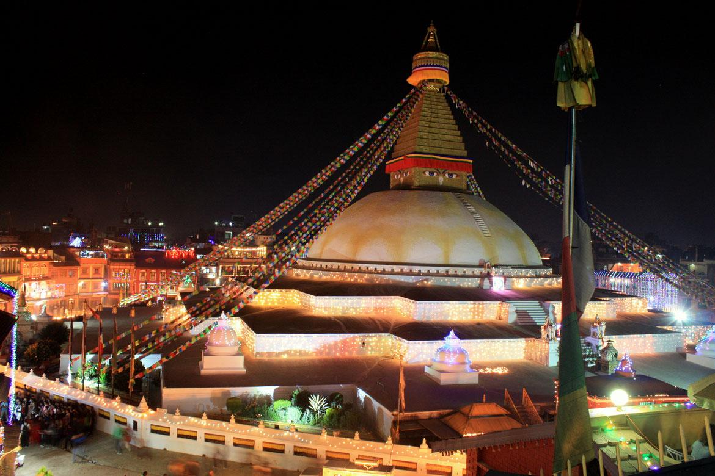 Stupa de Bodnath exceptionnellement illuminée pour les fêtes religieuses du pays - Un spectacle impressionnant depuis notre rooftop
