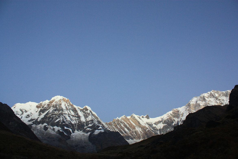 Le cirque du Sanctuaire des Annapurnas se dévoile peu à peu (8 091 m)