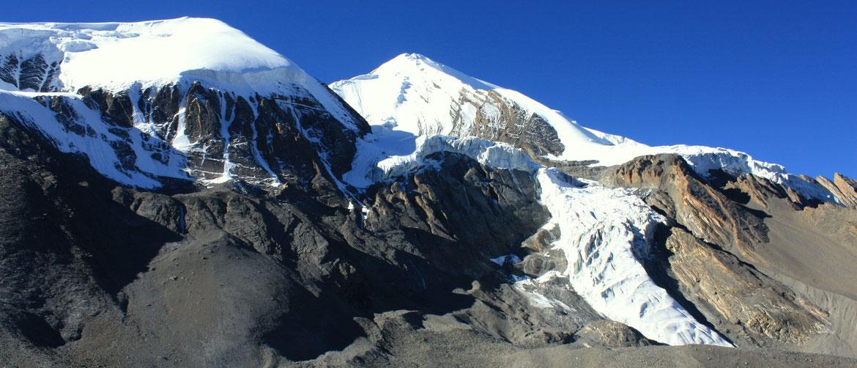 Descente du col vers Muktinath face au Thorung La Peak (6 144 m)