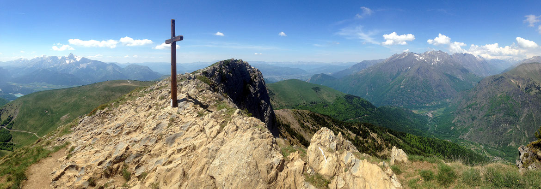 La Croix du Gargas avec l'Obiou (2790 m) à gauche (Dévoluy) et le Coiro (2606 m) à droite (Écrins)