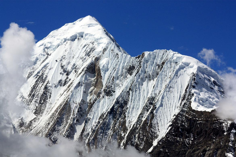 La face imposante du Ganggapurna (7 454 m) vu depuis le Ice Lake