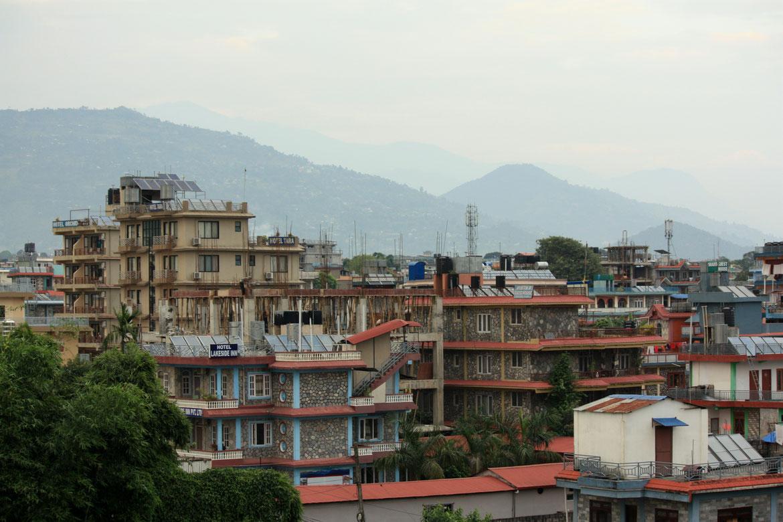 Le quartier de Lakeside à Pokhara vu depuis notre balcon