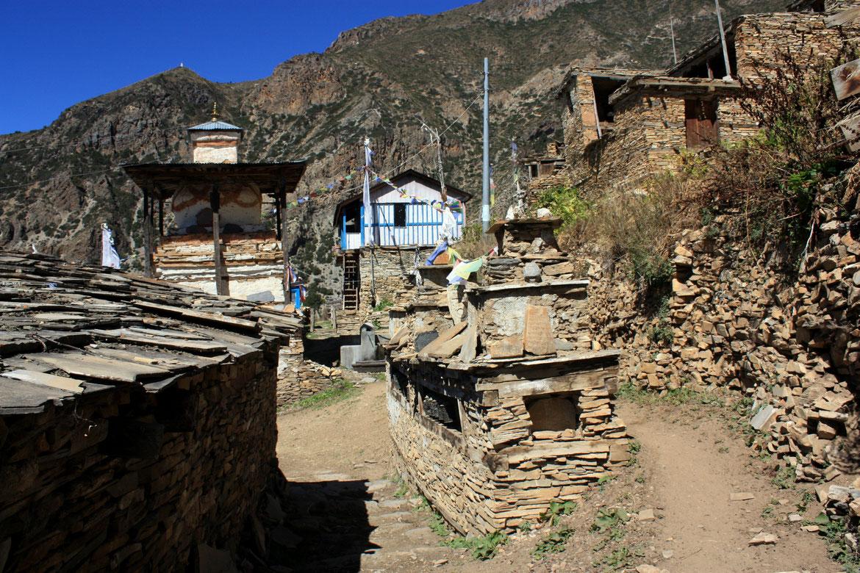 Nous quittons Upper Pisang, charmant village perché à flanc de montagne