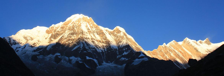 Lever de soleil sur la barre des Annapurnas, moment marquant du voyage !