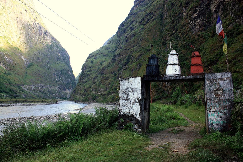 A la sortie du village de Tal : franchissement d'un portique de Chortens puis sentier à flanc de falaise au dessus de la rivière