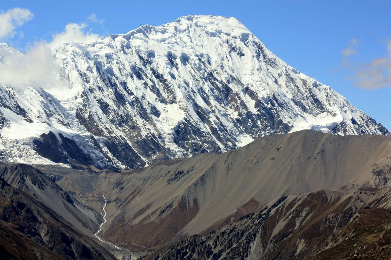 Le Tilicho Peak (7 140 m) avec le sentier bien marqué montant au lac Tilicho Tal (4 920 m)
