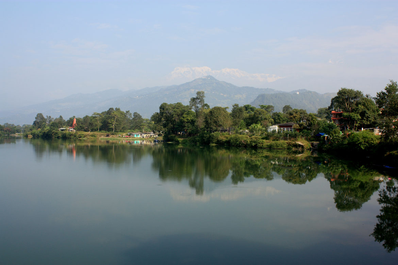Le Lac Phewa Tal avec au loin la chaine enneigée des Annapurnas où nous étions il y a quelques jours