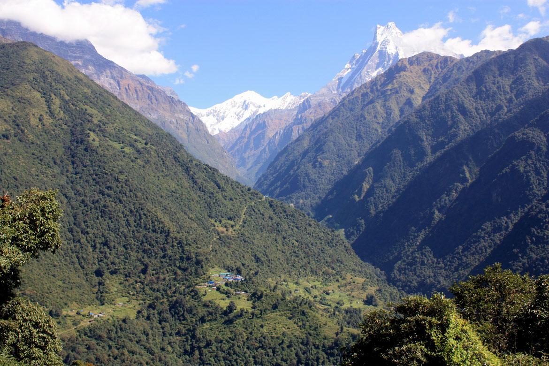 Depuis Chomrong vue sur Sinuwa et la vallée donnant accès au Sanctuaire des Annapurnas