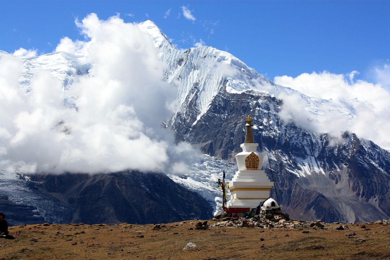 La stupa du Ice Lake avec en arrière plan le Ganggapurna (7 454 m)