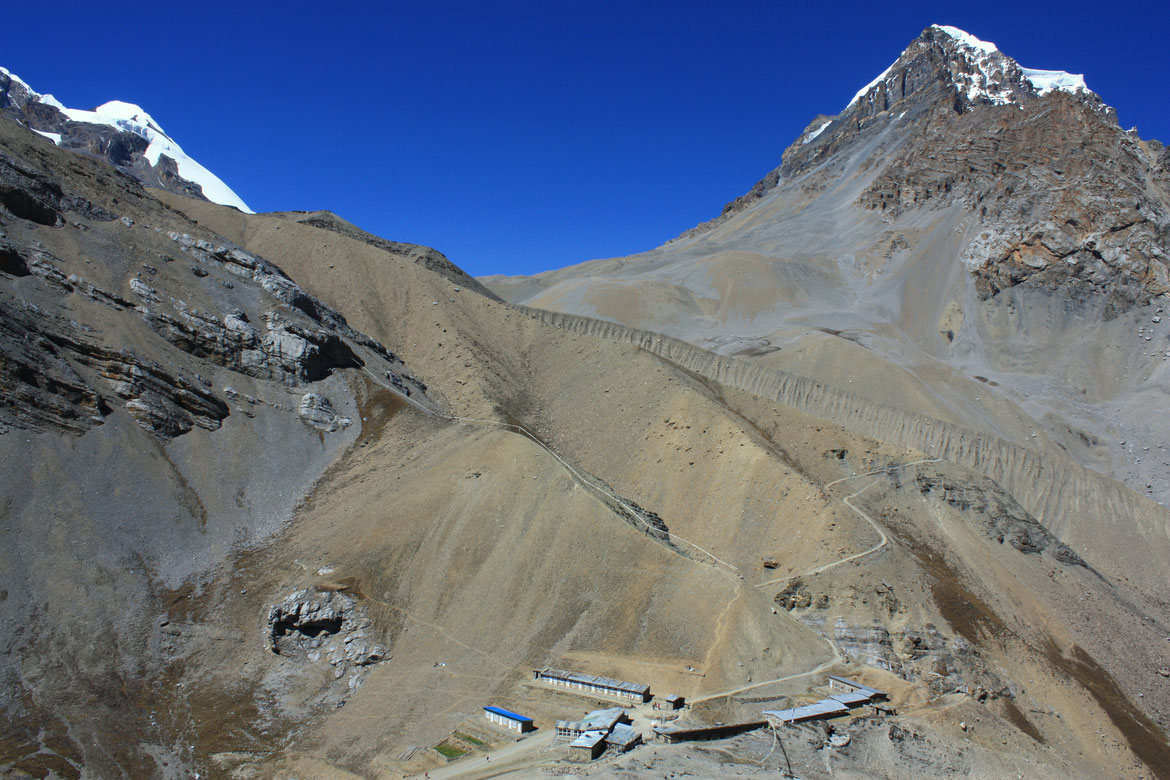 Le Thorung High Camp (4 830 m) & le sentier qui se dessine vers le Thorung La Pass (5 416)