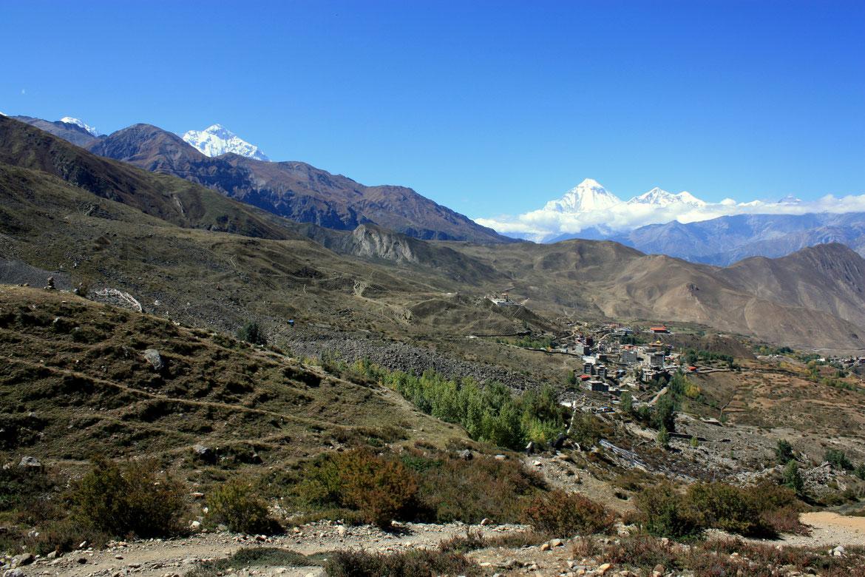 Arrivée sur Muktinath avec au fond le Dhaulagiri ( 8 167 m)